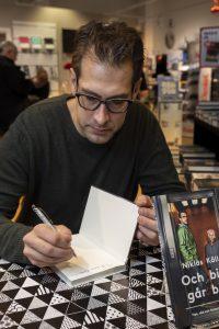 Och här signerar Niklas Källner mitt bokköp, lite kul i alla fall!