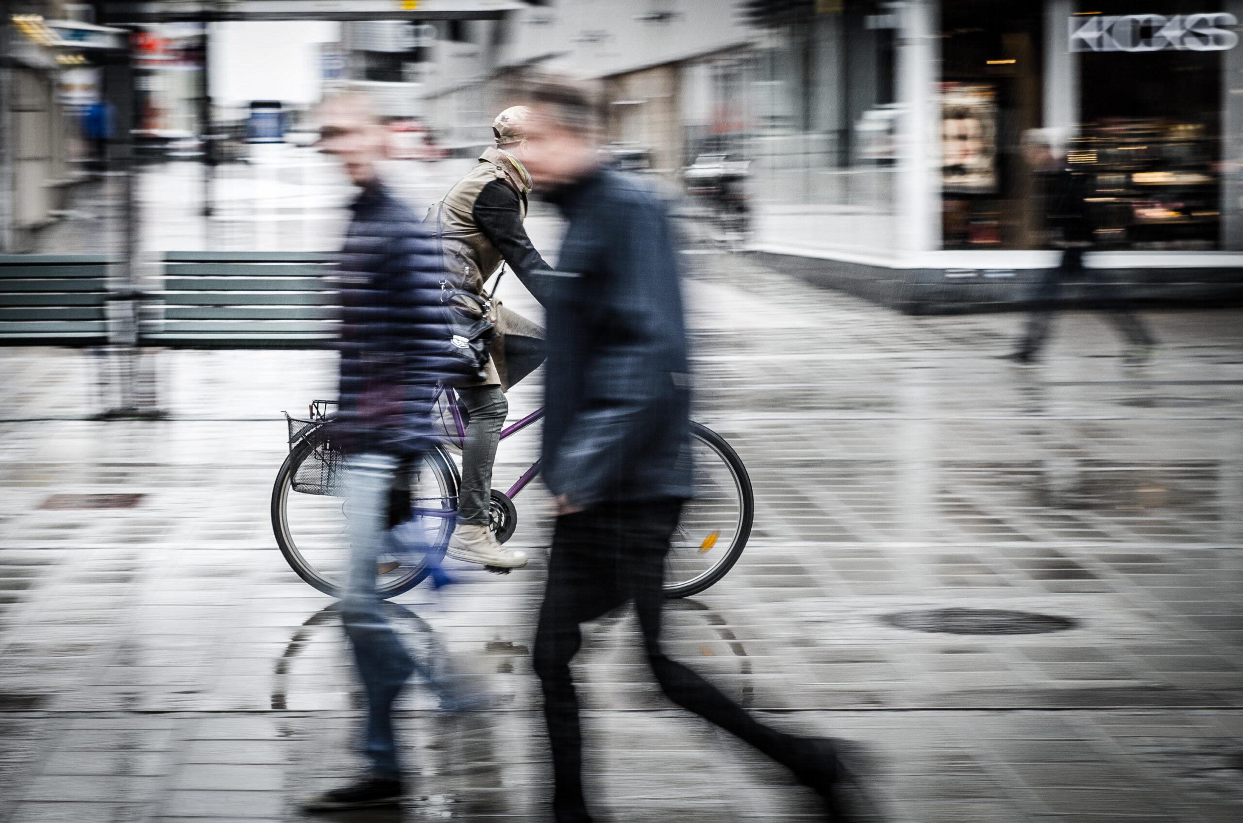 Cyklist och gående. Luleå.