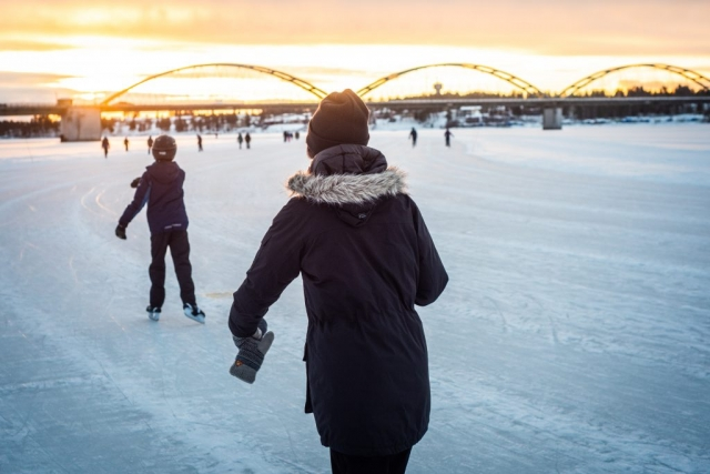 Promenad på isvägen i Luleå. Härligt ljus!