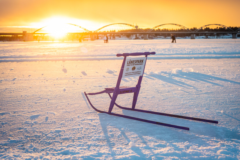 Promenad på isvägen i Luleå. Fint att Luleå kommun erbjuder lånesparkar!
