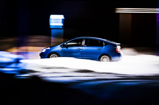 Toyota Prius i mörker. Gillar färgerna i bilden.