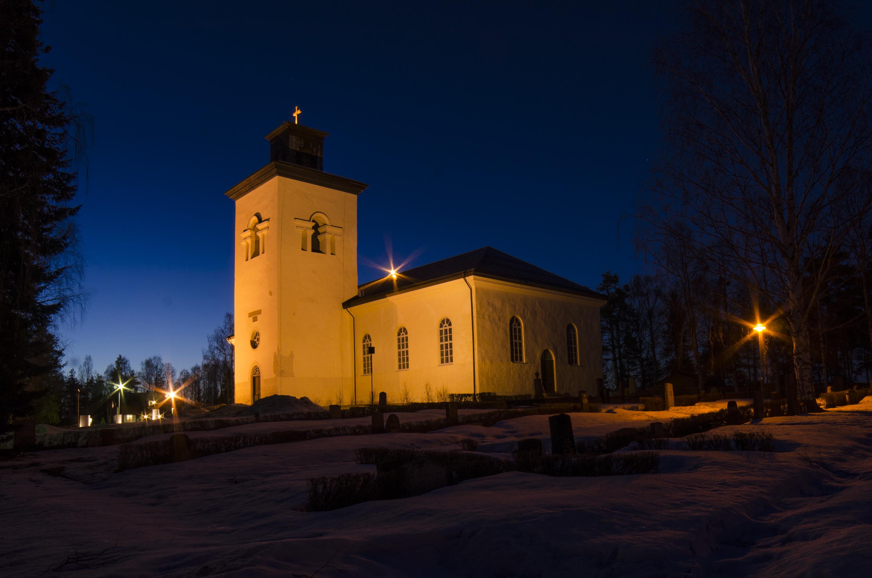 Överluleå kyrka i mörker.