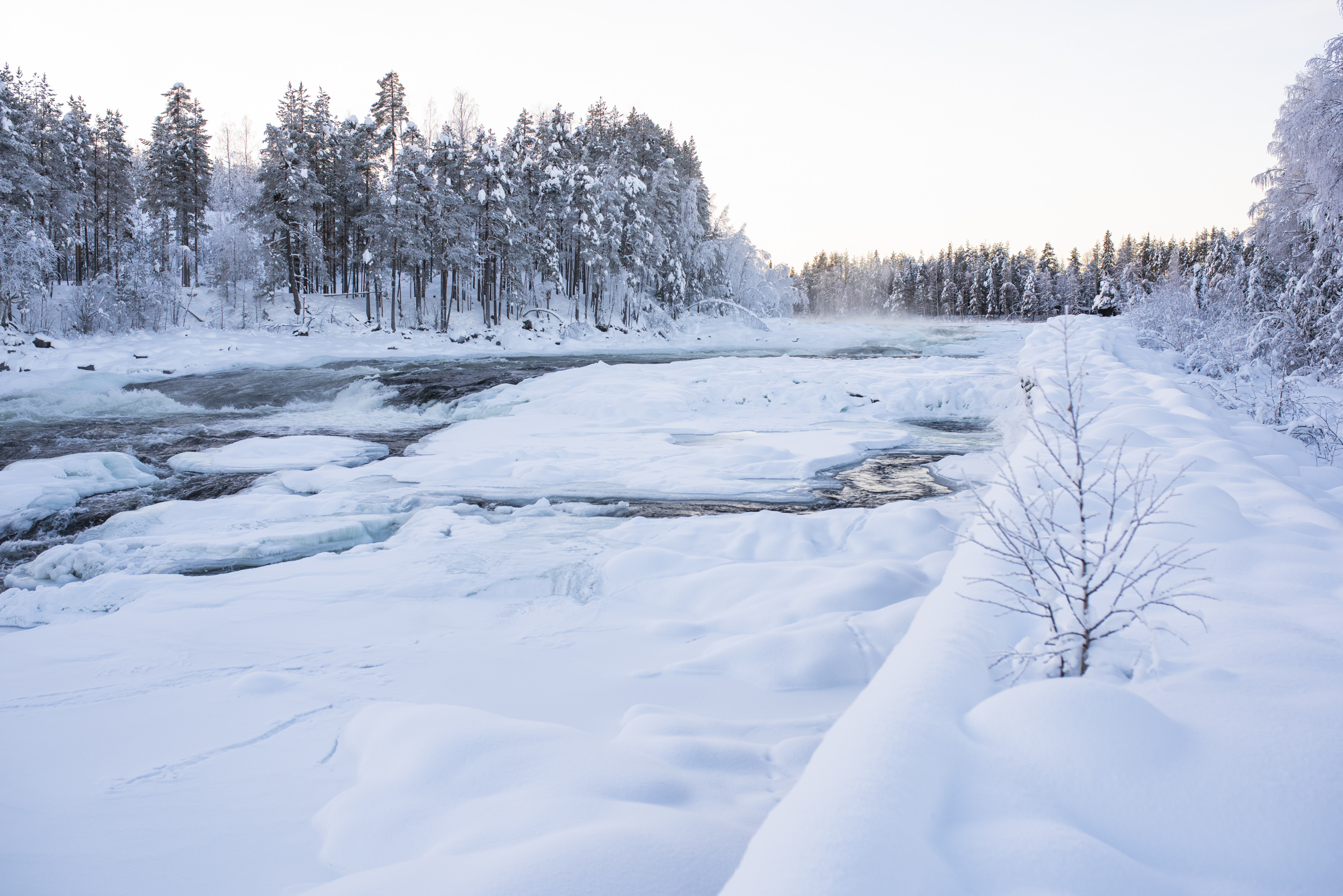 Storforsen i vinterlandskap.