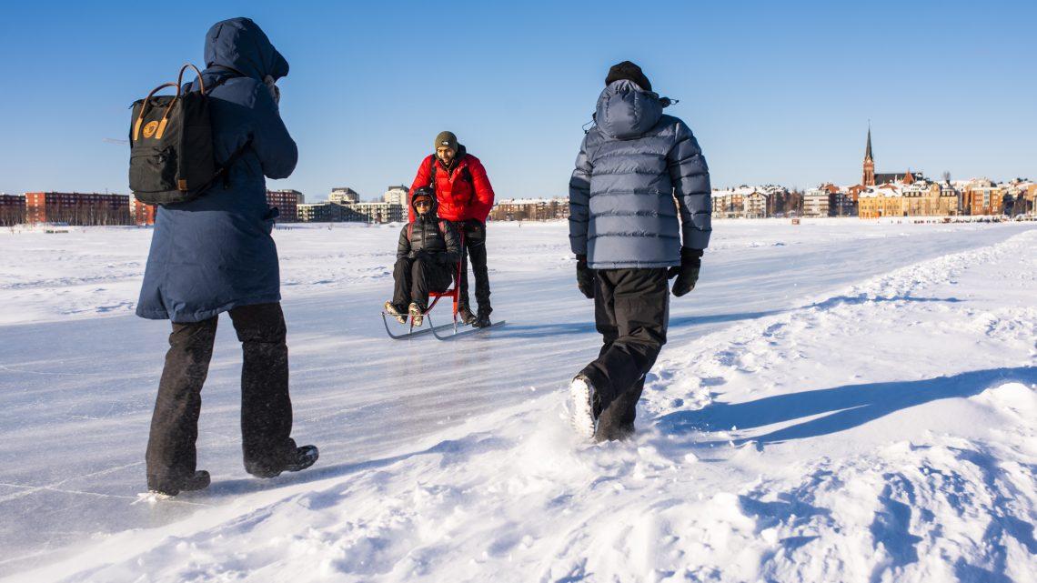 Blåsig promenad på isvägen
