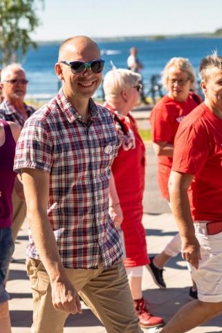 Även kommunalrådet Niklas gick med i Pridetåget.