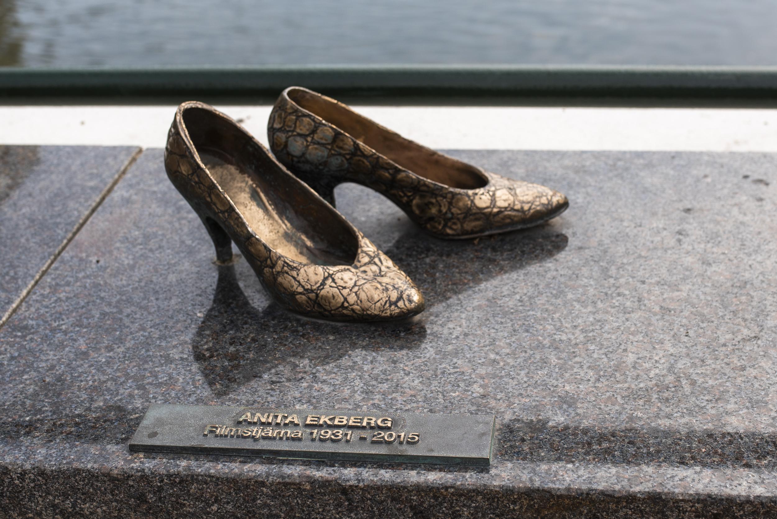 Rolig utsmyckning i Malmö, en massa skor från lokala kändisar, här Anita Ekbergs!