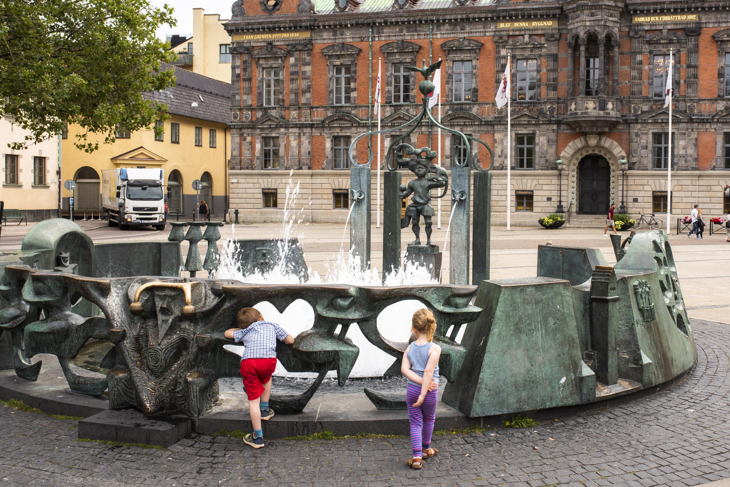 Vatten är alltid kul för barn, och fontäner med vatten är ju extra kul!