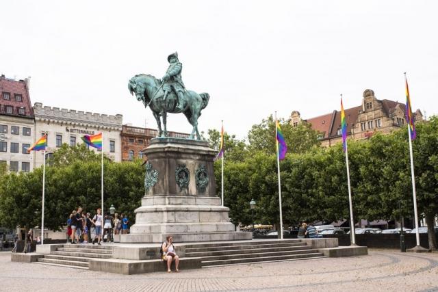 En kung på torget, grön och skön! Men undrar vad han skulle tyckt om prideflaggorna som flankerar honom?