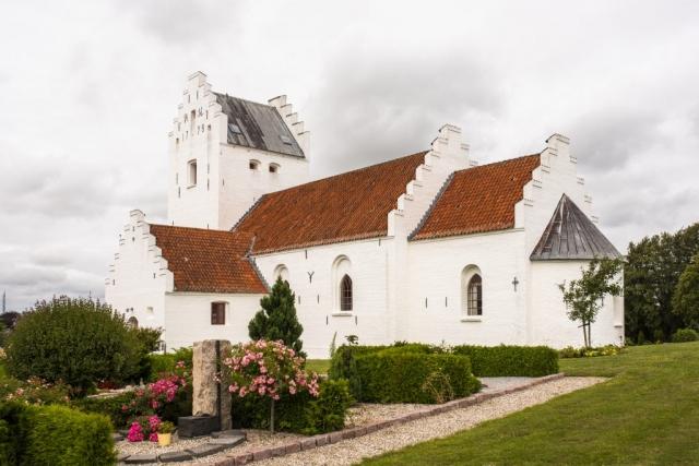 Vackert med vita stenkyrkor! Als kyrka som spanar ut över havet.