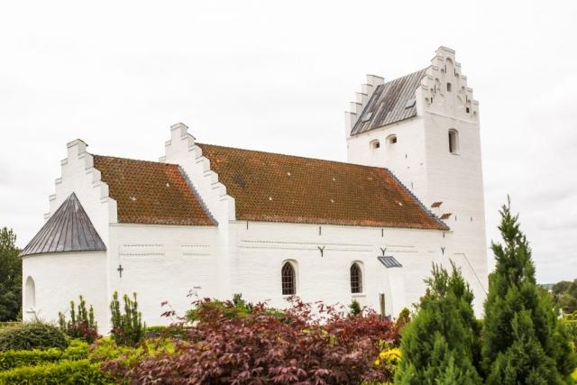 Vackert med vita stenkyrkor! Als kirke som spanar ut över havet.