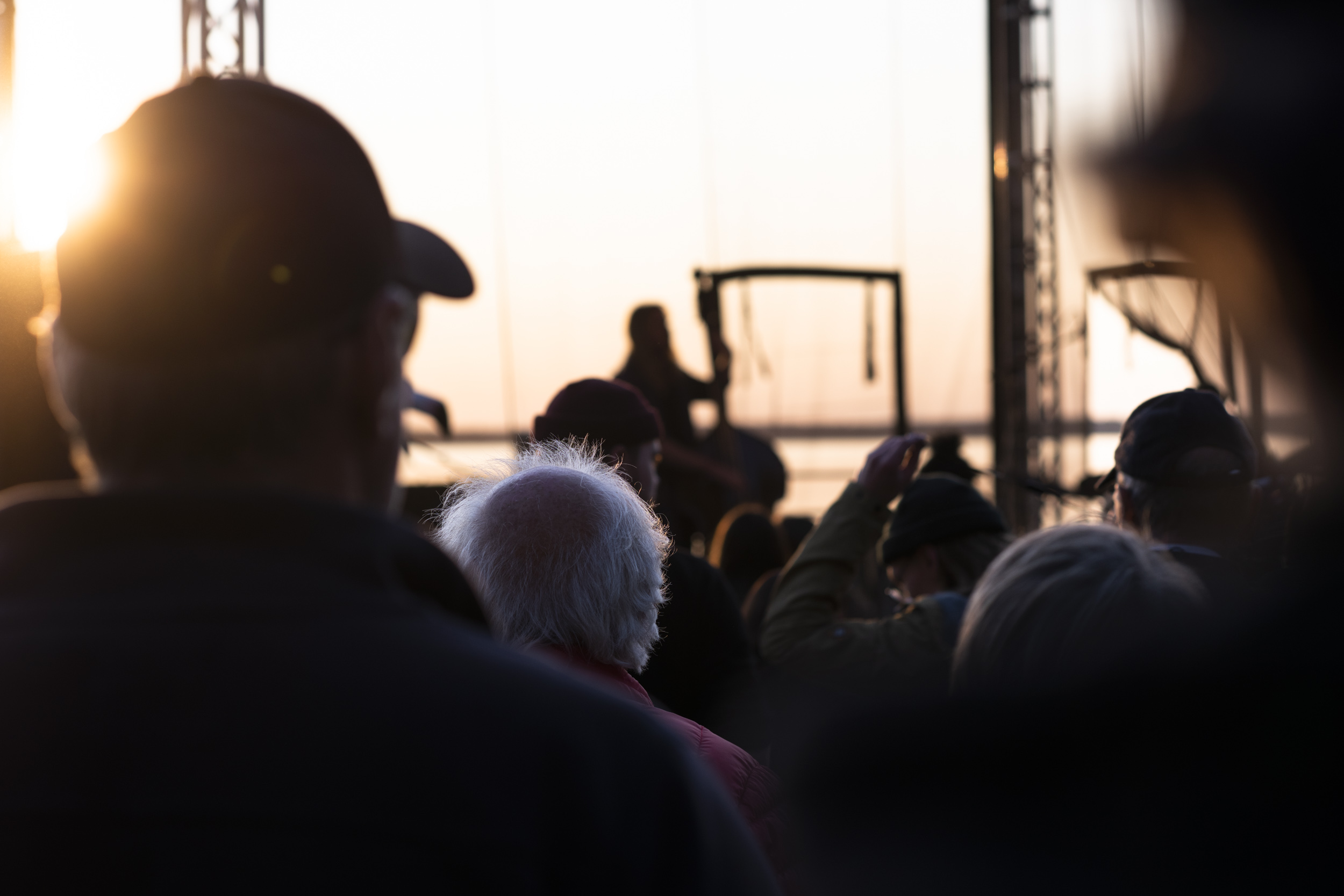 Franska Trion på Strandscenen i magisk solnedgång. Vilken backdrop!
