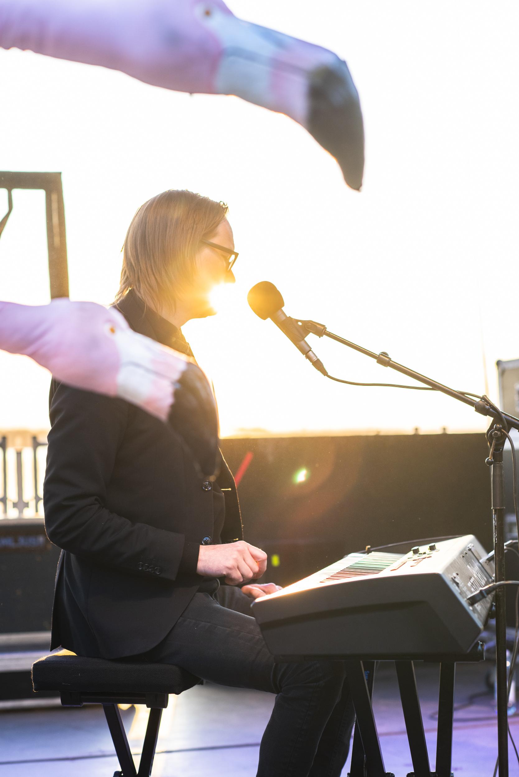 Matti Ollikainen sjunger i solnedgången. Musikens Makt 2019.
