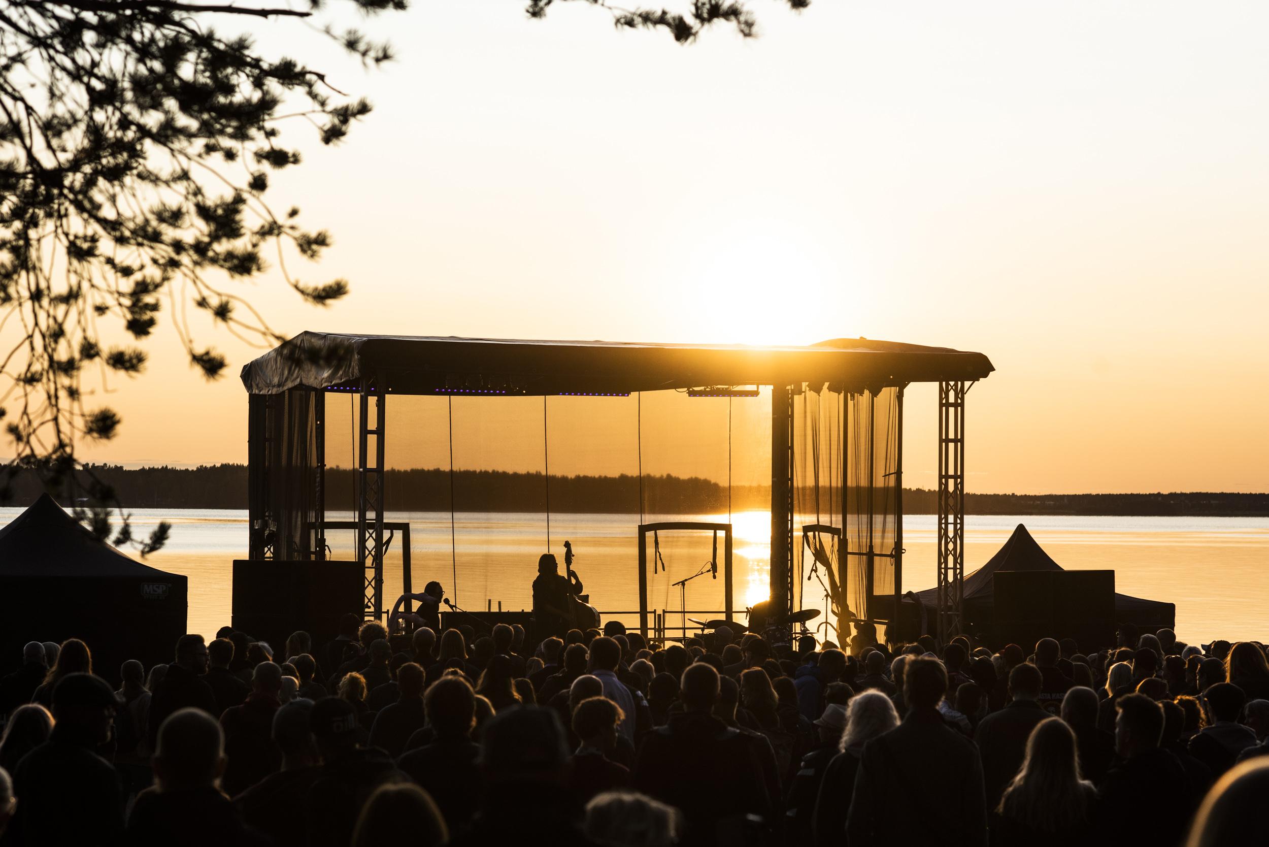 Vackrare blir det inte! Franska Trion med en stor fet solnedgång i bakgrunden. Musikens Makt 2019.