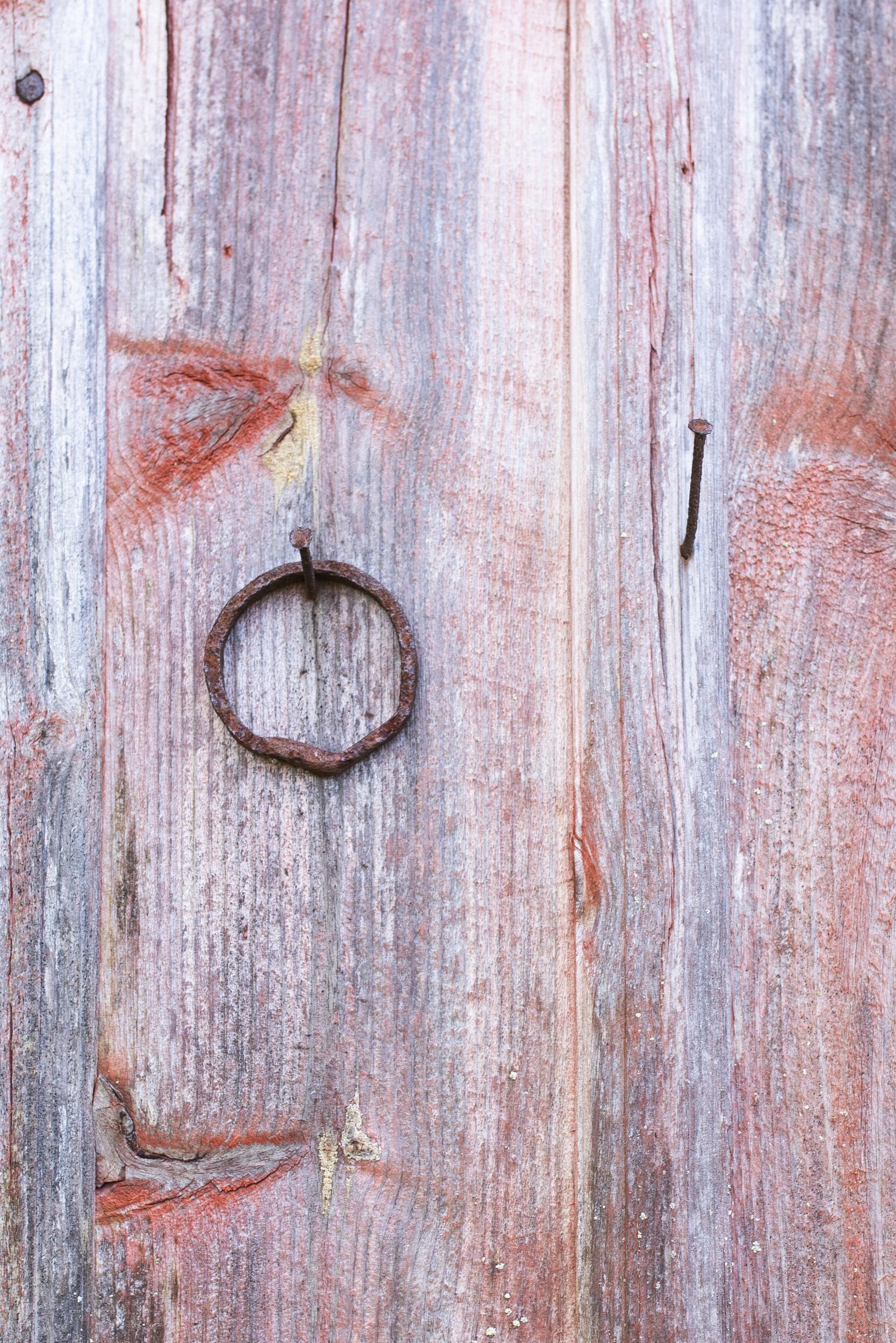 Någon vet säkert vad denna ring har använts till, men inte jag! Ser  ut som det saknas en ring?