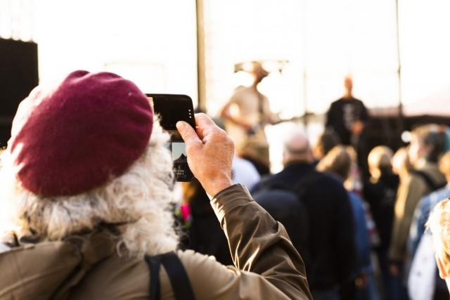 Man kan tydligen även fotografera med mobilen...