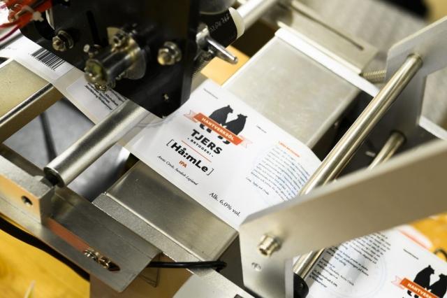 Etiketteringsmaskinen laddad och klar på Tjers Bryggeri.