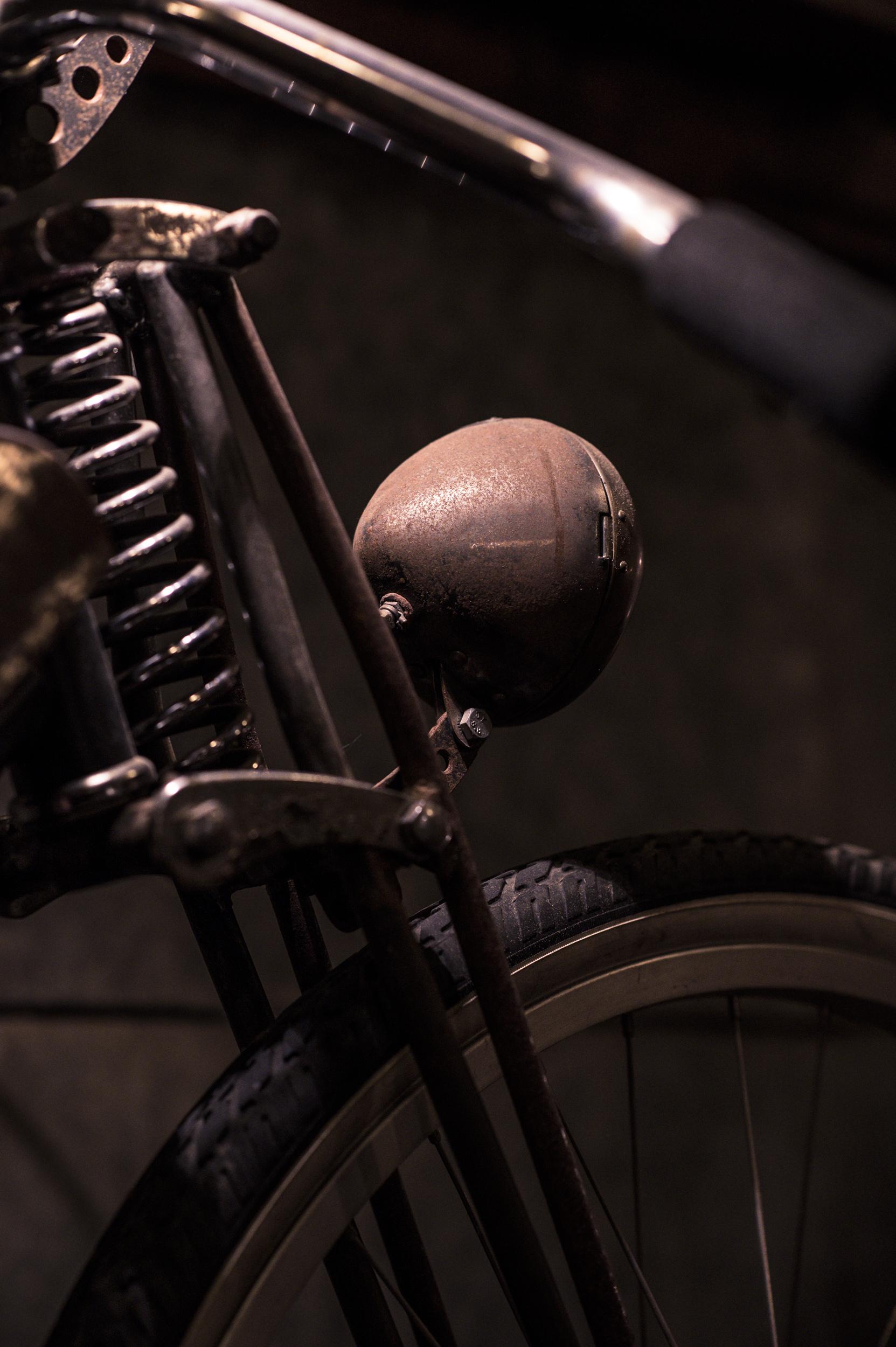 Det  var så roliga konstruktioner förr i tiden, underbart hantverk. Här en framgaffel på en motorcykel.