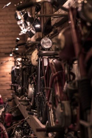 Lånnga rader av cyklar och motorcyklar möts man av på Patinamuseet.