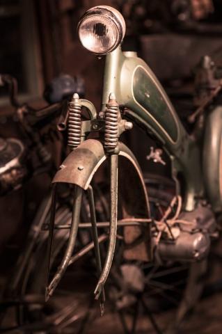 Motorcykel i väntan på renovering.