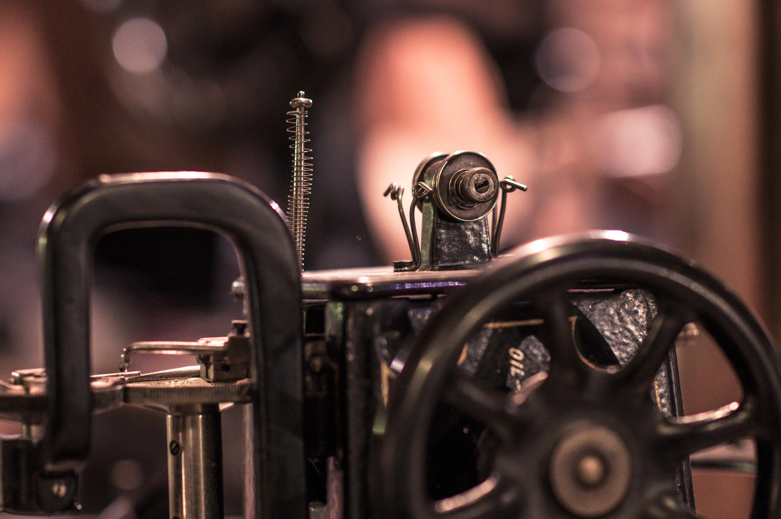 Detaljer, detaljer. Här en symaskin för skomakare tror jag.