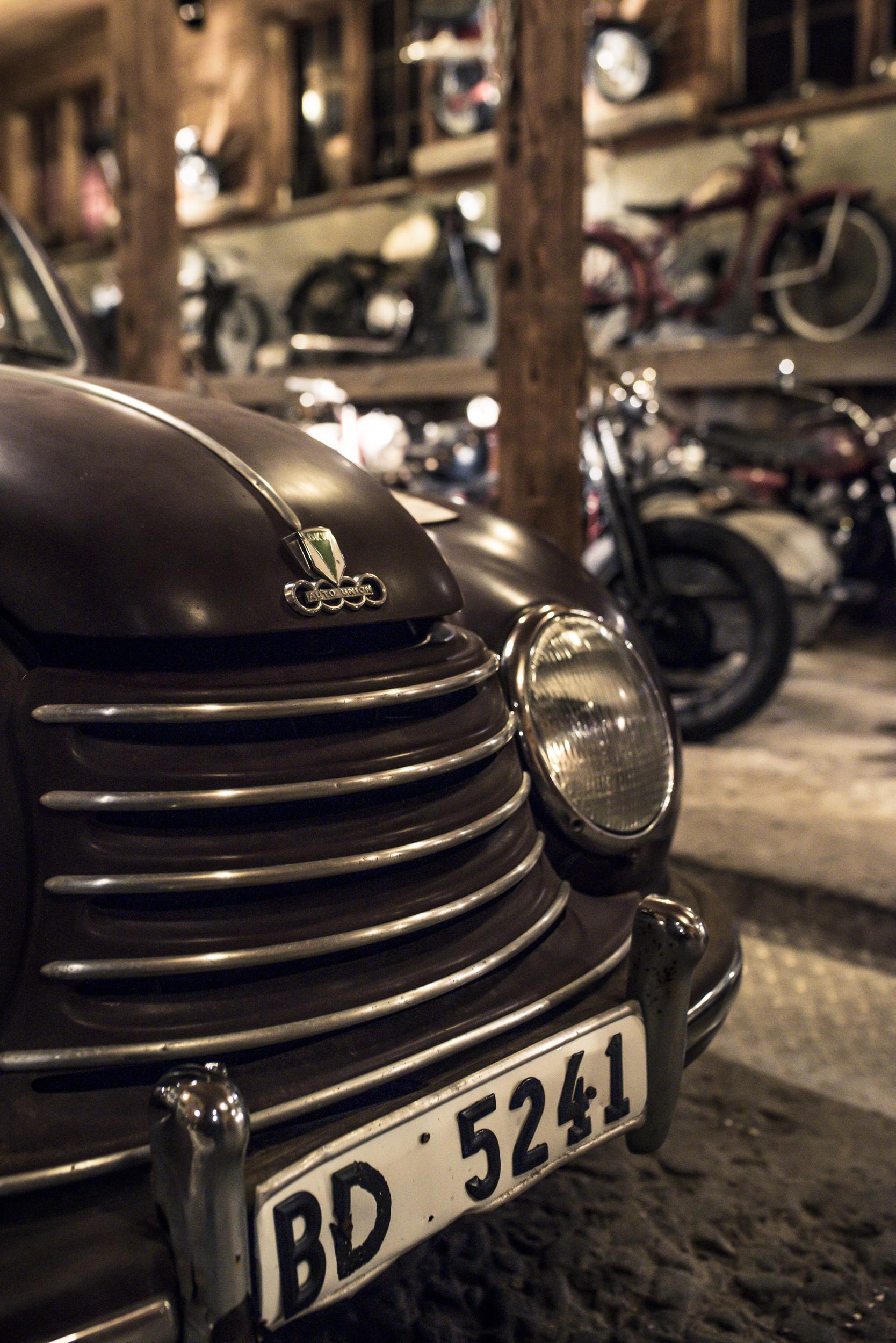 Chrmigare utseende på bilana förr i tiden. Här en gammal Audi. Undrar om det satt nollar bakom ratten på dem då också?