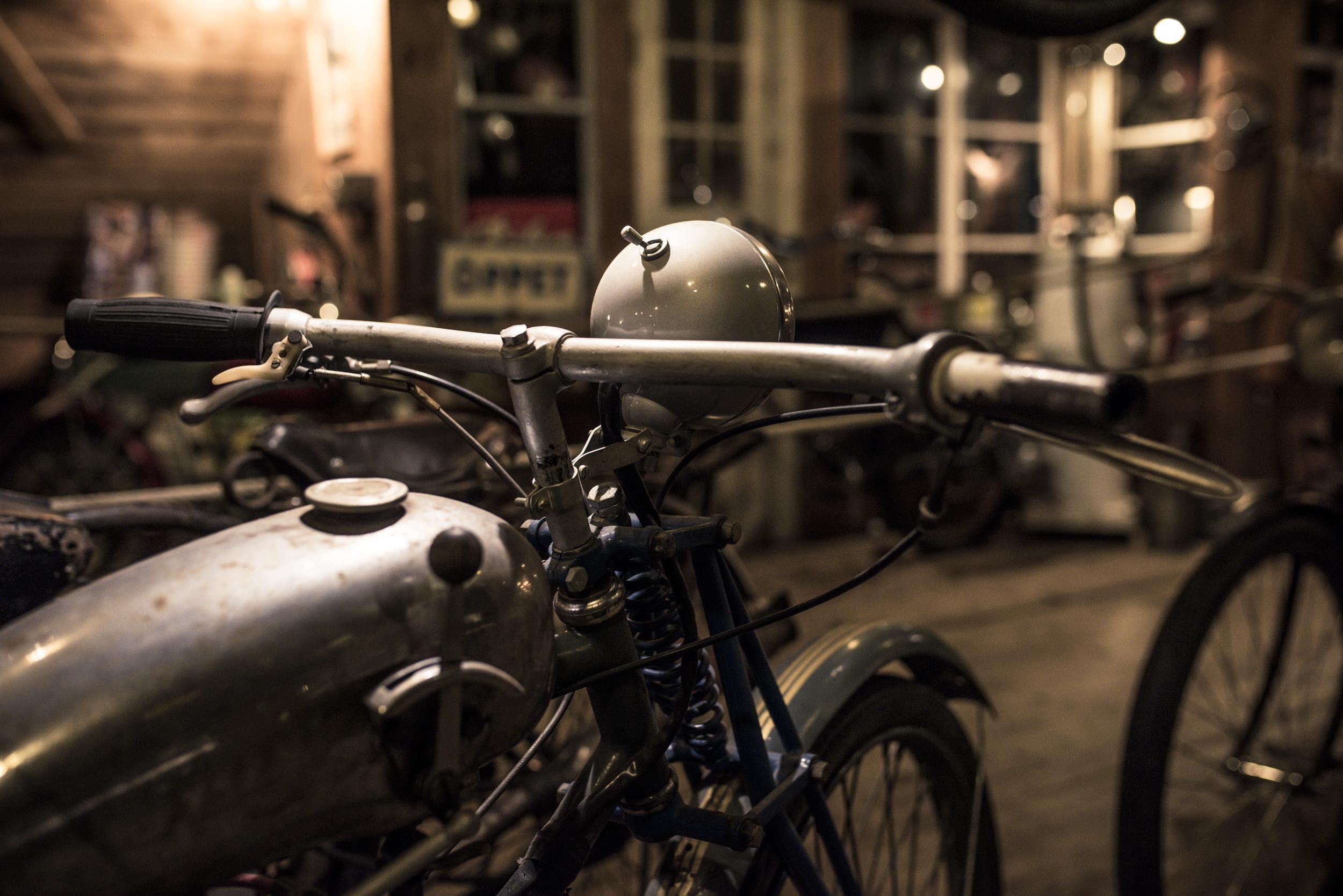 Dessa härliga motorscyklar. Det var ju ett poppis fortskaffningsmedel om man inte hade råd att köpa bil.