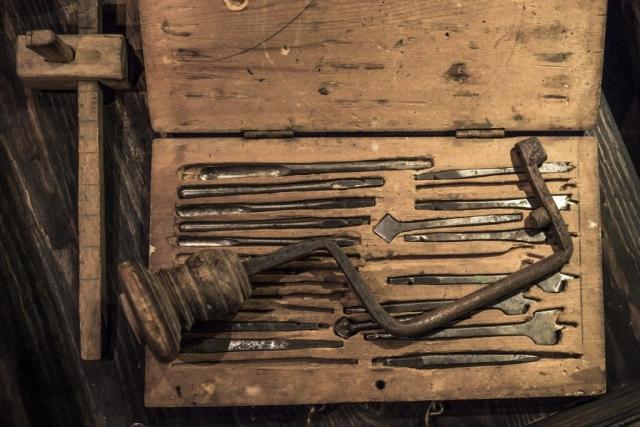 Detta är ju verkligen handverktyg som krävde lite skills. Nu orkar man ju inte dra in en skruv utan skruvdragare, man är ju helt ställd när batteriet är tomt...