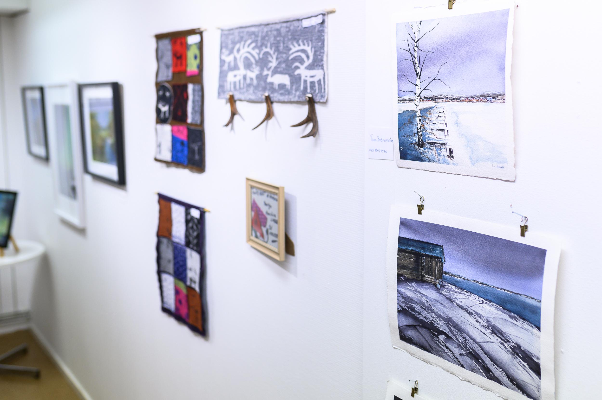 En mängd olika typer av konst möttes här, allt från akvarell till tyg och slöjd.