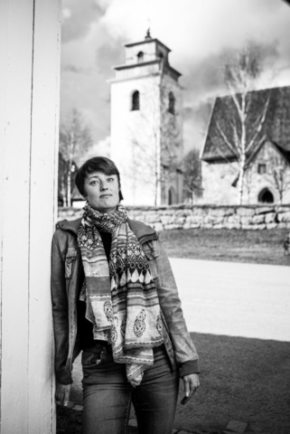 Författaren Sofia Rutbäck Eriksson fotograferad i Kyrkbyn, Gammelstad, Luleå.