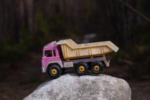 Övergiven leksakslastbil