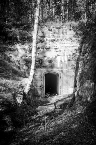 Laver gruvby. En lite läskig dörr som vi inte gick in genom. Den sparar vi till nästa gång, då vi är beväpnade med minst en ficklampa...