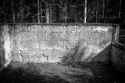 Laver gruvby. Inristade namn och händelser i den gamla skolan.