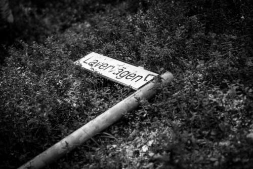 Laver gruvby. Inte mycket skadegörelse här i området, den här skylten var väl en av få saker som fått sig en kyss av nåt eller någon.