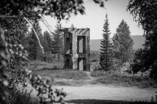Laver gruvby. Tornet, eller hjärtat i Laver står kvar, stolt men i ensamhet.