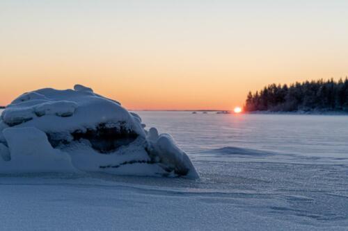 Sagoligt vackert när solen går ned över det frusna havet vid Rörbäcks camping.