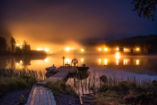 Kannusjärvi fotograferat i nästan totalt mörker, med en slutartid på 30 sek. Därför kan man se att båtarna rör sig en aning om man tittar noga.