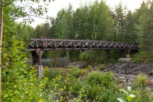 En fin gångbro är byggd från laxtrappan till södra sidan.
