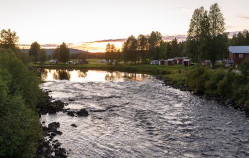 Fällforsen, med campingen i bakgrunden. Går bra att fiska direkt från campingen!