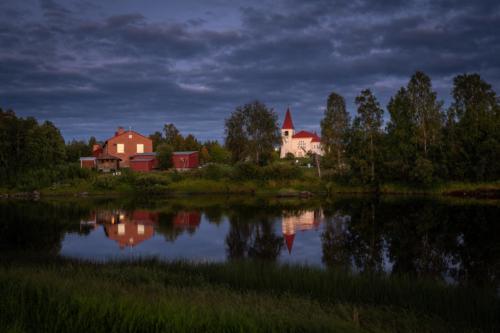 Kyrkan har en fin plats i byn!