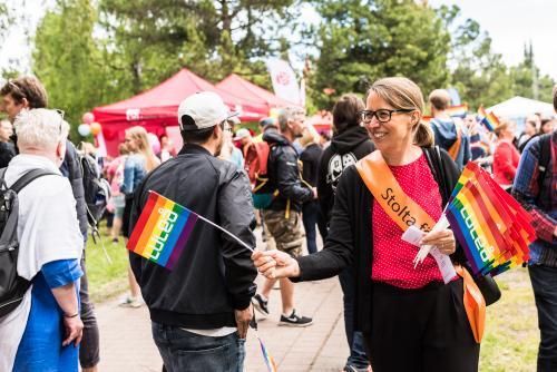 Stolta föräldrar sprider budskap! Luleå pride 2018.